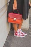 Dettaglio della borsa e scarpe fuori della costruzione della sfilata di moda di Etro nel MI Immagini Stock Libere da Diritti