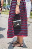 Dettaglio della borsa e scarpe fuori della costruzione della sfilata di moda di Gucci per Fotografia Stock