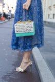 Dettaglio della borsa e scarpe fuori della costruzione della sfilata di moda di Pucci nella m. Immagine Stock Libera da Diritti