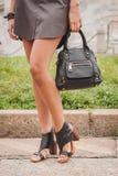 Dettaglio della borsa e scarpe fuori delle sfilate di moda di Cavalli che costruiscono per la settimana 2014 del modo di Milan Wo Immagini Stock