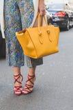 Dettaglio della borsa e scarpe fuori di configurazione della sfilata di moda di John Richmond Fotografie Stock Libere da Diritti