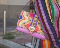 Dettaglio della borsa fuori della costruzione della sfilata di moda dell'iceberg a Milano,  Fotografie Stock Libere da Diritti