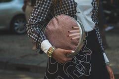 Dettaglio della borsa fuori della costruzione della sfilata di moda di Armani per Milan Men Immagine Stock
