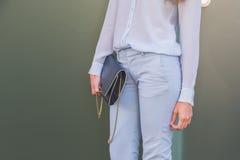 Dettaglio della borsa fuori della costruzione della sfilata di moda di Etro a Milano, Italia Immagini Stock