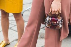 Dettaglio della borsa fuori della costruzione della sfilata di moda di Gucci per la settimana del modo delle donne Immagine Stock