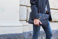 Dettaglio della borsa fuori della costruzione della sfilata di moda di Pucci a Milano, Ital Immagine Stock