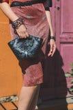Dettaglio della borsa fuori della costruzione della sfilata di moda di Pucci a Milano, Ital Fotografia Stock Libera da Diritti
