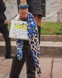 Dettaglio della borsa fuori delle sfilate di moda di Cavalli che costruiscono per la settimana 2014 del modo di Milan Women Immagini Stock