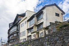 Dettaglio della casa di legno giapponese d'annata con le grandi finestre nei telai di legno fotografia stock libera da diritti