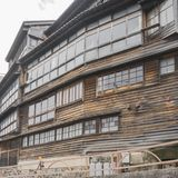 Dettaglio della casa di legno giapponese d'annata con le grandi finestre nei telai di legno fotografie stock