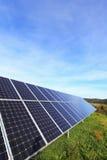 Dettaglio della centrale elettrica solare sul prato di autunno Fotografia Stock Libera da Diritti
