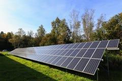 Dettaglio della centrale elettrica solare sul prato di autunno Immagine Stock Libera da Diritti
