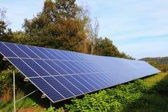 Dettaglio della centrale elettrica solare sul prato di autunno Fotografia Stock