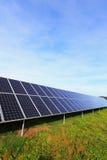Dettaglio della centrale elettrica solare sul prato di autunno Fotografie Stock