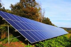 Dettaglio della centrale elettrica solare sul prato di autunno Immagini Stock Libere da Diritti