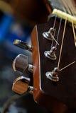 Dettaglio della chitarra, testa motrice con i pioli di sintonia Fotografie Stock Libere da Diritti