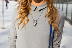 Dettaglio della collana fuori della costruzione della sfilata di moda di Colangelo nel MI Immagini Stock