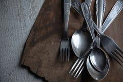 Dettaglio della coltelleria d'annata sulla tavola di legno immagine stock libera da diritti