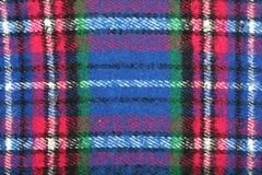 Dettaglio della coperta a quadretti blu rosso bianco verde della lana del tartan con frangia Fotografia Stock Libera da Diritti