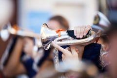 Dettaglio della cornetta che è giocata durante la settimana santa in Andalusia, Spagna Fine in su Fotografia Stock