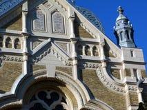 Dettaglio della costruzione della sinagoga del mattone sotto cielo blu immagine stock libera da diritti