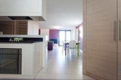Dettaglio della cucina e della stanza dinning con la tavola e le sedie colourful Immagini Stock