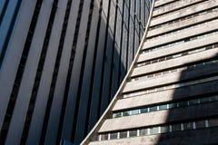Dettaglio della facciata concreta moderna arrotondata dell'edificio per uffici Fotografia Stock Libera da Diritti