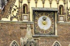 Dettaglio della facciata di municipio medievale Windows, orologi, decorazione di pietra fotografia stock