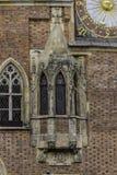 Dettaglio della facciata di municipio medievale Windows, orologi, decorazione di pietra fotografie stock libere da diritti