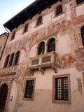 Dettaglio della facciata di vecchia costruzione decorata in Trento   Fotografie Stock Libere da Diritti