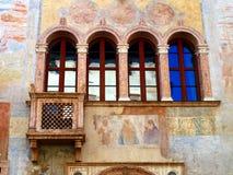 Dettaglio della facciata di vecchia costruzione decorata in Trento dentro immagini stock libere da diritti
