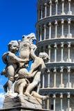 Dettaglio della fontana di Putti della fontana e la torre pendente di Pisa al dei Miracoli della piazza a Pisa, Toscana, Italia fotografia stock libera da diritti