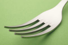 Dettaglio della forcella sopra un fondo verde cutlery Fotografie Stock Libere da Diritti