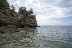 Dettaglio della linea costiera rocciosa fotografia stock libera da diritti