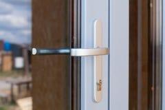 Dettaglio della maniglia di porta metallica di stile moderno immagini stock