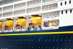 Dettaglio della nave della fodera di crociera e della barca di emergenza Fotografia Stock