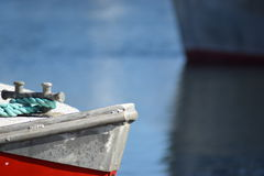 Dettaglio della nave rossa con la corda verde in porto Immagini Stock Libere da Diritti