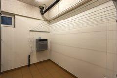 Dettaglio della paletta per la spazzatura e scopa con i tubi ed il lavandino idraulici fotografia stock libera da diritti