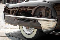 Dettaglio della parte anteriore della parte posteriore di destra di un'automobile d'annata nera Immagine Stock