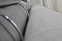 Dettaglio della parte posteriore e dei poggiacapi del sofà grigio del velluto fotografia stock libera da diritti