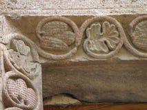 Dettaglio della pietra incisa con gli schizzi di cereale e delle foglie in una parete di una chiesa armena fotografia stock