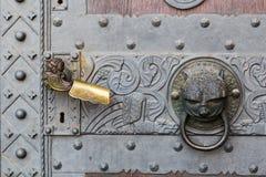 Dettaglio della porta con la maniglia ed il battitore Fotografia Stock