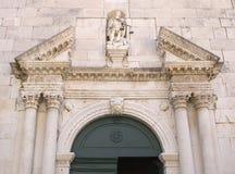 Dettaglio della porta di entrata della chiesa, facciata di vecchia chiesa in Omis Immagini Stock