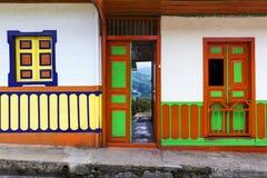 Dettaglio della porta e finestre di una casa dipinta nei colori luminosi nella città di Salento, in Colombia Fotografia Stock Libera da Diritti