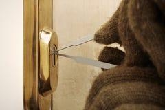 Dettaglio della prova da rompersi nell'appartamento con le lame di plastica del lockpick fotografia stock libera da diritti