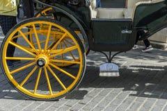 Dettaglio della ruota gialla del trasporto del cavallo in Siviglia Spagna Fotografie Stock Libere da Diritti