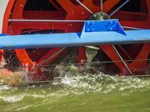 Dettaglio della ruota a pale sul fiume in frisia orientale fotografie stock