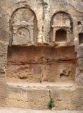 Dettaglio della tomba di pietra scolpita nel tempio dell'area di re in paphos Cipro fotografia stock