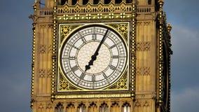 Dettaglio della torre di orologio di Big Ben nella città di Londra video d archivio