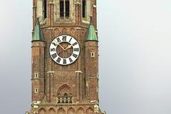 Dettaglio della torre di orologio della chiesa medievale di St Martin in Landshut Immagini Stock Libere da Diritti